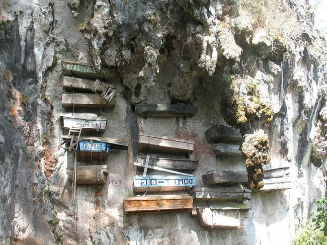 Cercueils-suspendus