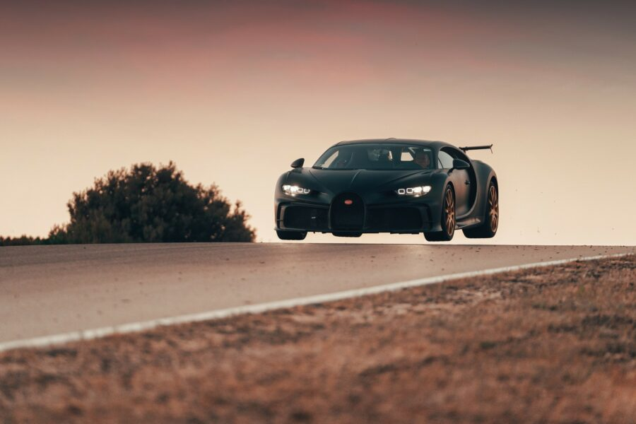 Bugatti-Chiron-Pur-Sport-décolle-sur-le-circuit-Nardo